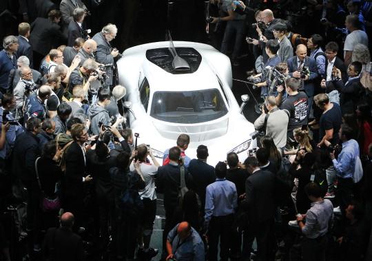 Des journalistes entourent la Mercedes AMG Project One présentée à l'ouverture du Salon de l'auto de Francfort. Cet événement se consacre cette année à l'informatisation de l'automobile, à la mobilité urbaine, à l'électrification et, bien entendu, aux voitures de rêve. (Photo : AFP)