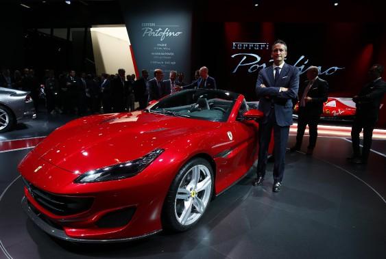<strong>Étalon cambré -</strong> Enrico Galliera, le chef du marketing et des opérations commerciales de Ferrari, pose à côté de la nouvelle Ferrari Portofino. (REUTERS)