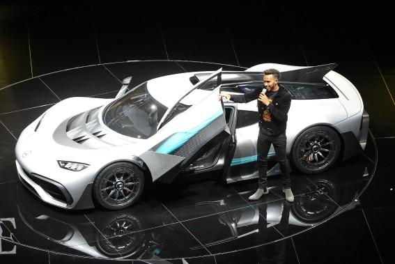 <strong>Glamour et voiture exotique - </strong>Le pilote de F1 Lewis Hamilton était à nouveau de service hier pour présenter la Mercedes AMG Project One, comme il l'avait fait la veille lors d'une événement chez Mercedes. Le petit V6 d'à peine 1,6 litre et à un seul turbo dégage plus de 1000 chevaux et peut encaisser 11 000 trs/mn. Quatre moteurs électriques appuient le V6 : un pour le turbo, un... (AFP)