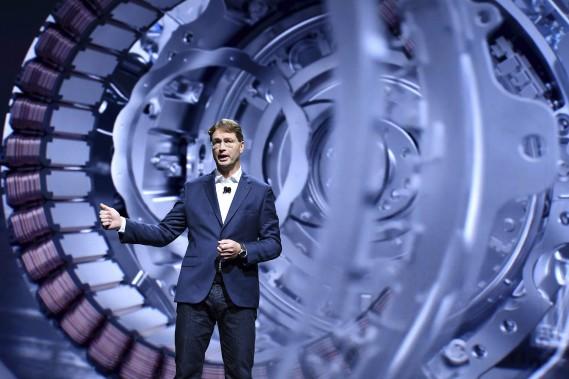 <strong>Une photo vaut 1000 mots -</strong> L'intérieur d'un moteur électrique était projeté derrière Ola Kallenius, un dirigeant de Mercedes-Benz, lors d'une présentation sur l'électrification de toute la gamme de Mercedes-Benz. (AP)
