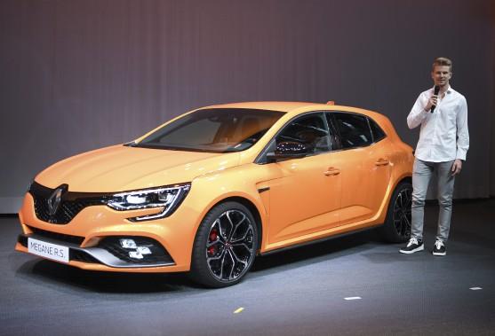 <strong>Un peu moins glamour -</strong> Nico Hulkenberg, le pilote allemand de l'écurie de F1 Renault, a du se contenter de présenter la 3e génération de la Renault Megane R.S. (AP)