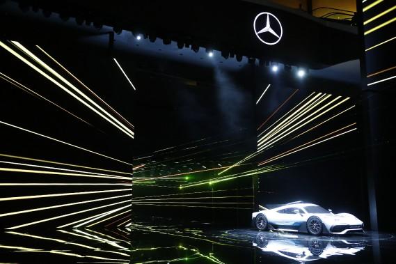 <strong>Vitesse -</strong> La Mercedes AMG Project One a fait une entrée spectaculaire. Selon Mercedes, cette monocoque en fibre de carbone atteint 100 km/h en 2,5s, 200 km/h en moins de 6s et plus de 350 km/h le pied dans le tapis. L'autonomie électrique est de 25km. (REUTERS)