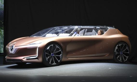<strong>Salon roulant à stationner dans la maison -</strong> Le prototype Renault Symbiozest censé être un espace de vie mobile et multifonctionnel, qui peut servir de salon lorsque sationné dans la maison. Comme elle est tout électrique, la Symbioz partage son énergie avec l'habitation. (AP)