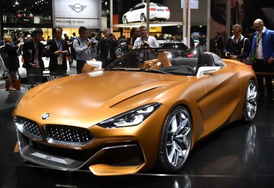 <strong>L'attrait de la décapotable -</strong> Des journalistes examinent le prototype BMW Z4 Concept. (AP)