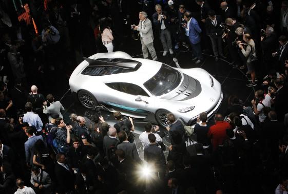 Mercedes AMG a dévoilé sa Project One au Salon de l'auto de Francfort. Cettehyperlégère monocoque en fibre de carbone atteint 100 km/h en 2,5s, 200 km/h en moins de 6s et plus de 350 km/h le pied dans le tapis, promet Mercedes. (AFP)