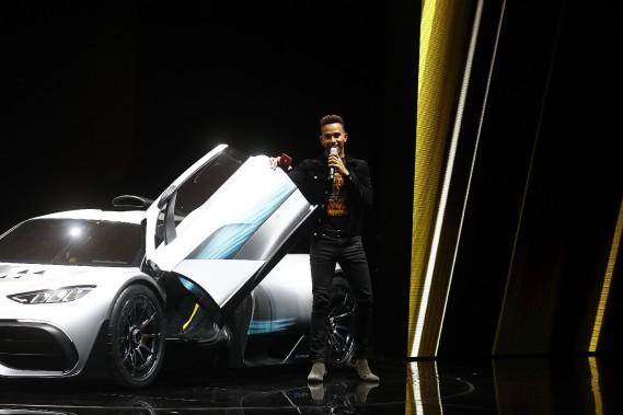 Le pilote de F1 Lewis Hamilton a conduit la Project One sur scène et l'a présentée. (REUTERS)
