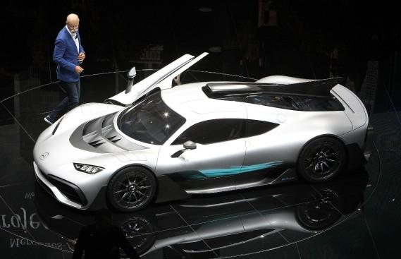 Dieter Zetsche, le PDF de Daimler, lors de la présentation de la Project One car. (AFP)