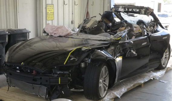 Cette photo fournie par le National Transportation Safety Board permet de voir l'avant de la Tesla après l'accident mortel du 7 mai 2016 à Williston, en Floride. (NTSB via AP)