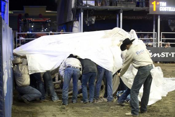 Après quelques instants, les vétérinaires attitrés au rodéo sont allés ausculter le cheval. Une toile blanche avait alors été mise au-dessus de l'animal. Lorsqu'il s'est relevé, il boitait. Il a fait quelques pas avant de faire une seconde chute. Par la suite, il s'est par lui-même relevé avant de retourner vers les enclos. (Sylvain Mayer, Le Nouvelliste)