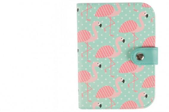 Flamants roses rétro: Avec des motifs de flamants roses sur un fond turquoise, on se sent déjà en vacances avec ce porte-passeport de la marque britannique Sass&Belle. Prix:13,56$ (Photo fournie par Sass & Belle)