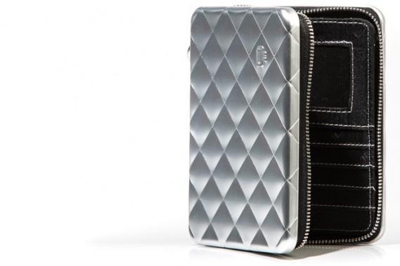 Boîtier design: D'inspiration danoise, ce chic boîtier compact et résistant, en aluminium, est fabriqué en France, par l'entreprise Ögon. En plus d'y mettre son passeport, on peut l'utiliser comme portefeuille, y insérer des cartes et de la monnaie. À la fois design et pratique, il protège aussi contre la fraude électronique. Offert en plusieurs couleurs. Prix:135$ (PHOTO FOURNIE PAR ÖGON)
