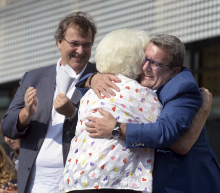 Le maire Régis Labeaume fait l'accolade à la veuve de Jean Béliveau, Élise Couture, qui était fort émue au moment de prendre la parole. (Le Soleil, Jean-Marie Villeneuve)