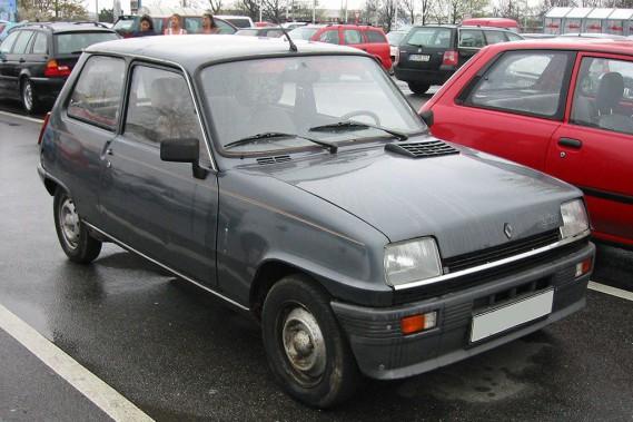 <strong>SA PREMIÈRE VOITURE -</strong>Une Renault 5, qu'elle a possédée durant deux jours, avant de constater qu'elle avait besoin de réparations plus chères que le prix de l'auto. ()
