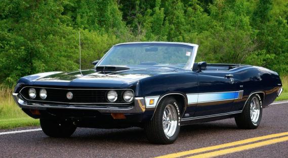 <strong>LA VOITURE QUI A MARQUÉ SON ENFANCE -</strong>Les parents d'une de ses amies avaient une vraie voiture de Batman, noire, décapotable, avec des sièges rouges et d'immenses ailes à l'arrière. C'était une Ford Torino du début des années 70. ()