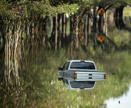 Un pick-up à moitié submergé à Katy, au Texas. (AP)