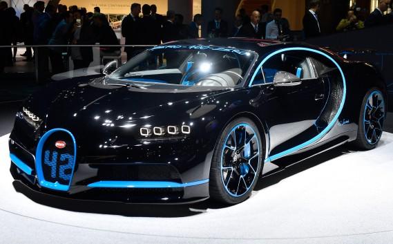 <strong>BUGATTI CHIRON:</strong> Sans être une nouveauté, la Bugatti Chiron a plutôt fait l'étalage de ses performances démentielles à Francfort. Grâce à son W16 gavé par quatre turbocompresseurs de 1500 ch, son énorme système de freinage et sa transmission intégrale sophistiquée, la Chiron a récemment réussi à boucler le 0-400-0 km/h en 42 s. Un record mondial fait par l'ancien pilote de F1 Juan Pablo Montoya. (AP)