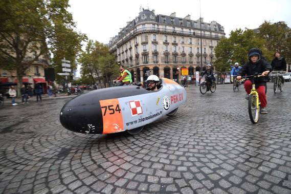 Un homme roule sur la Place de la Bastille au volant de ce vélocipède aérodynamique. (AFP)