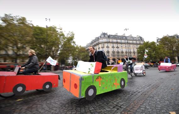 Les rues de Paris avaient une allure différente dimanche. (AFP)