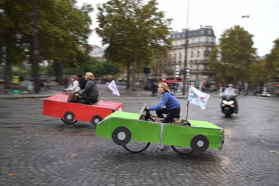 Des milliers de cyclistes et de piétons ont profité de la Journée sans voiture de dimanche, malgré le temps gris. Certains cyclistes roulaient quand même en auto. (AFP)