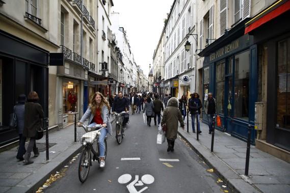 Des milliers de cyclistes et de piétons ont profité de la Journée sans voiture de dimanche, malgré le temps gris. (AP)