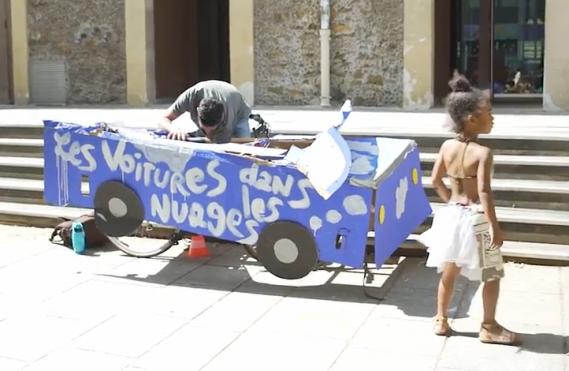 Plusieurs des Parisiens aperçus dimanche sur de telles montures avaient préparé leur vraie fausse auto lors d'ateliers extérieurs organisés plus tôt. (Saisie d'écran YouTube : Acteurs du Paris durable)