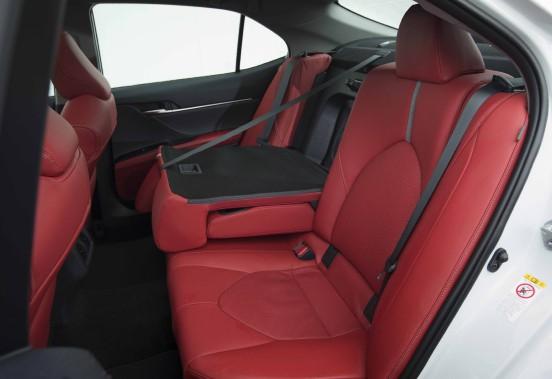 Lesplaces arrière accueillent confortablement deux adultes normalement constitués. ()