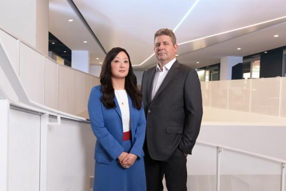 Julia Wang et François Auger, spécialistes en capital de risque et en fiscalité au cabinet d'avocats Blakes à Montréal, posent dans l'Espace CDPQ, un carrefour d'investissement et d'accompagnement qui rassemble plusieurs acteurs importants du capital de risque à Montréal. ()