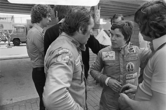 Maria Grazia «Lella» Lombardi et le pilote Vittorio Brambilla discutent lors des essais du Grand Prix des Pays-Bas 1975. Lella Lombardi a participé à 12 Grands Prix de F1 durant les années 70. Sa 6e place au GP d'Espagne et sa 11e place aux 24 heures du Mans de 1977 sont les deux meilleurs résultats féminins dans ces deux hauts niveaux de course automobile. (Photo Wikimédia)