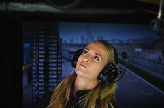 L'Espagnole Carmen Jorda lors des essais libres du GP de Chine en 2015. Durant son emploi comme pilote de développement chez Lotus, puis chez Renault, ses détracteurs n'ont cessé d'affirmer qu'elle avait été recrutée plus pour sa beauté que ses qualités au volant. (AFP)