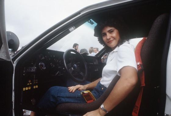 Michele Mouton en avril 1983, posant dans sa voiture durant le rallye Malboro Safari, à Nairobi, au Kenya. (AFP)