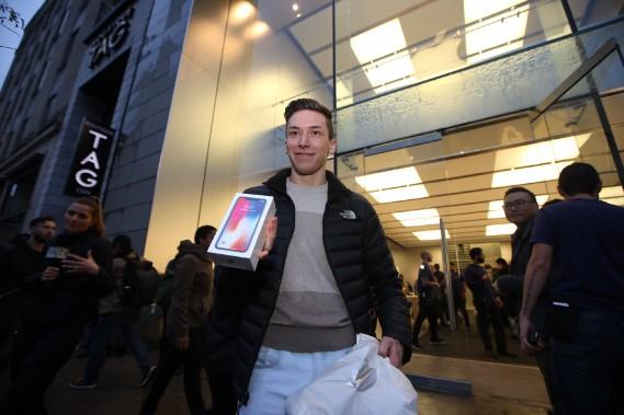 Thomas Page est au nombre des heureux ce matin qui ont en main le nouveau IPhone X. (Photo Martin Chamberland, La Presse)