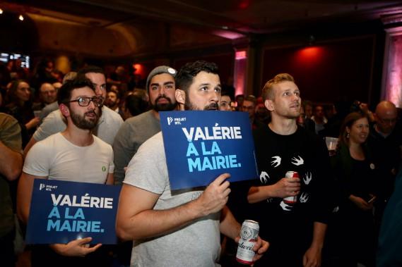 À quelques minutes de l'annonce de la victoire, au théâtre Corona, les gens sont nerveux. (Photo Martin Chamberland, La Presse)
