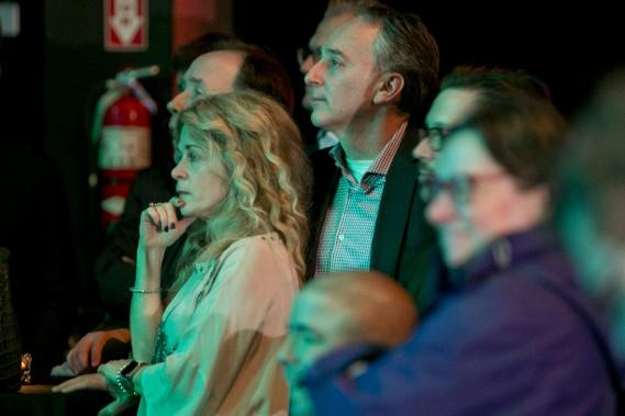 Pendant ce temps, au théâtre Olympia, des supporteurs de Denis Coderre regardent les résultats, incrédules. (PHOTO DAVID BOILY, LA PRESSE)