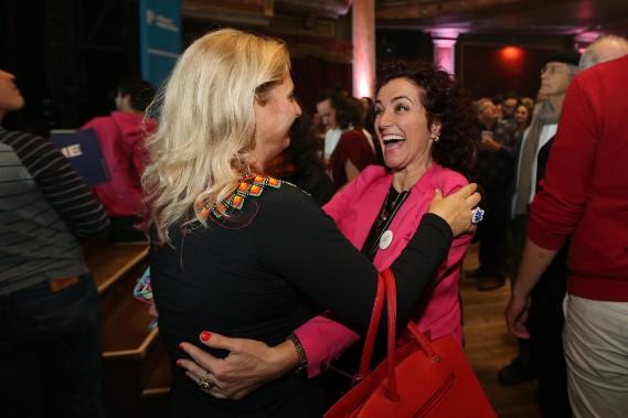 Les partisans de Valérie Plante se félicitent pour les efforts fournis lors de la campagne. Des efforts qui auront rapporté. (Photo Martin Chamberland, La Presse)