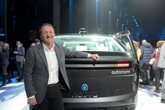 Christophe Sapet, président du conseil d'administraiton de Navya, a présenté son nouveau taxi ce midi à Saint-Denis, près de Paris. (AFP)