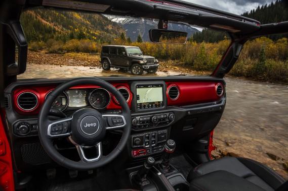 Le Jeep Wrangler Sahara (en arrière-plan) et l'intérieur du Jeep Wrangler Rubicon. (© 2017 FCA US LLC)