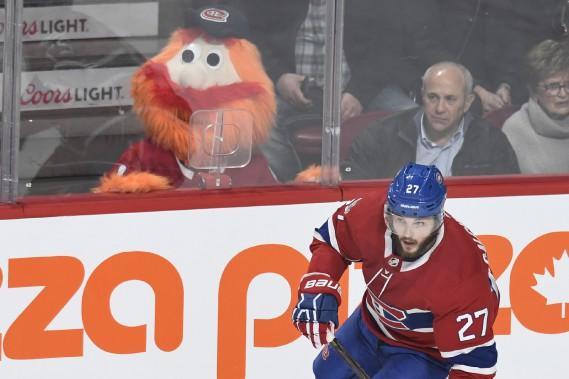 La mascotte du Canadien Youppi! regarde attentivement Alex Galchenyuk lors de la deuxième période du match. (PHOTO BERNARD BRAULT, LA PRESSE)