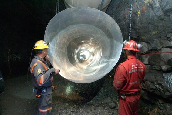 Des travailleurs inspectent une conduite de ventilation dans la mine Eleonore. (Goldcorp)