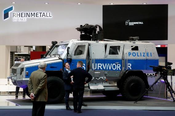 Les transporteurs de troupes urbains sont le principal signe de la militarisation des corps policiers. Le véhicule de protection multirôle Survivor R 4x4 est construit par l'allemand Rheinmetall MAN Military Vehicles (RMMV). (REUTERS)