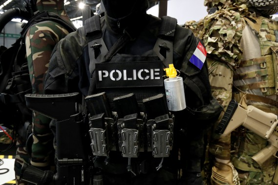 Tenue et produits tactiques pour policiers et militaires d'Équipement TR. (REUTERS)