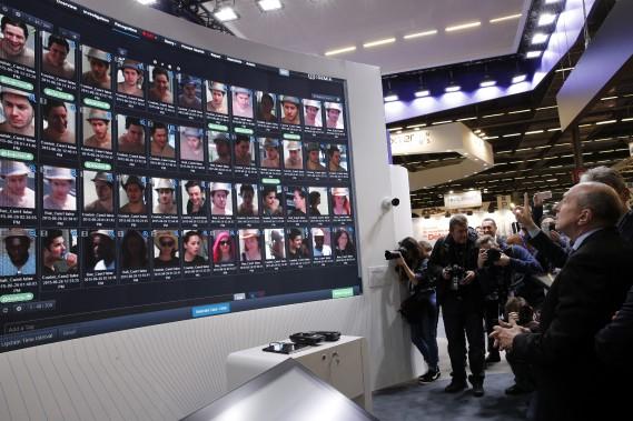 Des milliers de visages peuvent être scrutés par cette plateforme d'analyse d'images et de vidéo Morpho, du concepteur de matériel et de logiciels Idémia. Il analyse aussi les mouvements pouvant être associés à des crimes. Après un crime, il permet d'analyser rapidement un grand nombre d'heures de vidéo. Son application aéroportuaire simplifie et sécurise les embarquements. (AP)