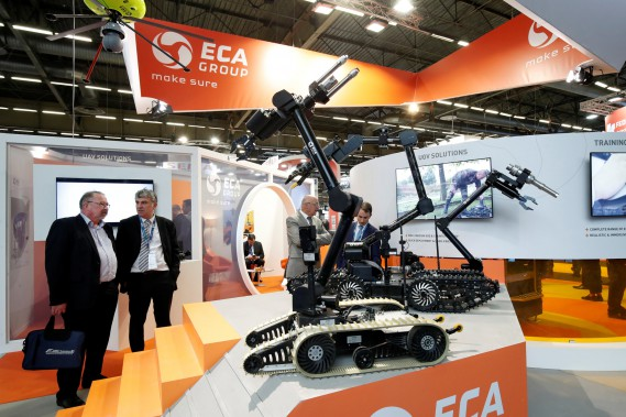 Un visiteur examine des rovers Groupe ECA équipés d'outils de déminage et désarmoçage. (REUTERS)