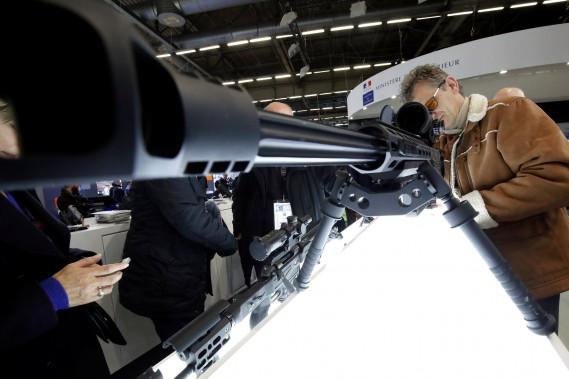 Un visiteur regarde dans le télescope d'un fusil de gros calibre (.50) Corvus pour tireur d'élite exposé par l'italien Victrix Armaments. (REUTERS)