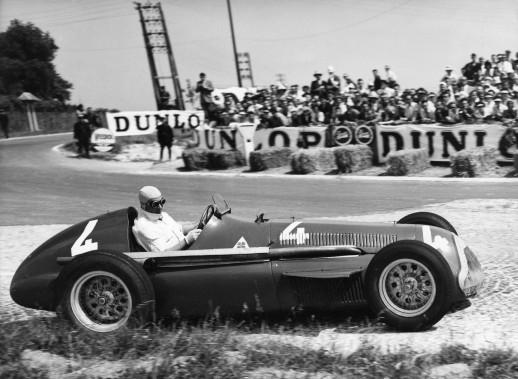 Quand la photo de votre dernier championnat de F1 est en noir et blanc, ce n'est pas bon signe. Alfa Romeo a déjà remporté le championnat de F1 en 1950 et en 1951. Ci-haut, Juan Manuel Fangio au sortir d'une courbe lors du Grand Prix d'Europe 1951 à Rheims, en France, au volant d'une Alfa Romeo à moteur 1,5 L en I turbocomprimé. Fangio avait aussi remporté le championnat des... (AP)