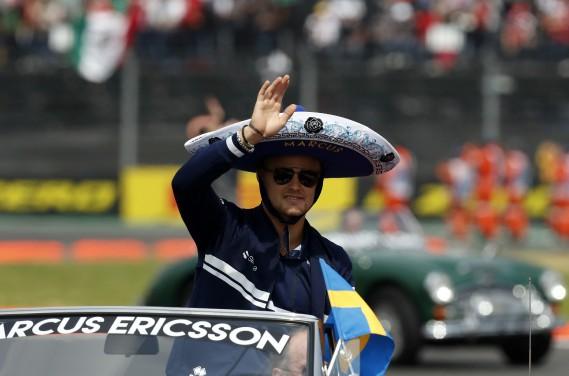 Le pilote en titre chez Sauber, Marcus Ericsson, pourrait passer la saison 2018 à l'ombre dans sa Suède natale. Le nouveau commanditaire, Alfa Romeo, pourrait lui préférer l'Italien Antonio Giovinazzi, qui est issu de la filière Ferrari. On voit ici Ericsson portant le sombrero lors du défilé des pilotes du GP du Mexique. Ericsson a cependant des appuis de taille chez Sauber, qui appartient à un holding suisse contrôlé par... (AP)