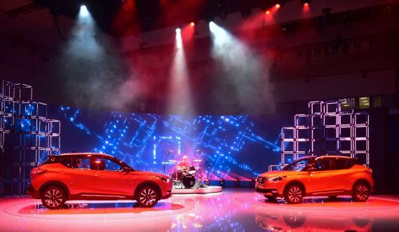 Rien comme un show de boucane pour lancer une nouvelle auto. Le nouveau VUS Nissan Kicks a été dévoilé au Salon de l'auto de Los Angeles. (AFP)