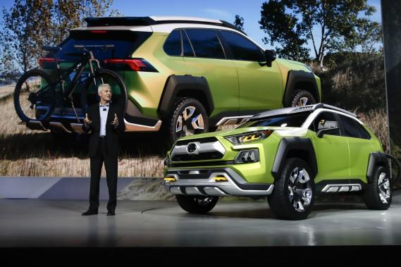 Jack Hollis, vice-président de Toyota USA, dit que le FT-AC peut servir en ville et dans le bois. (AP)