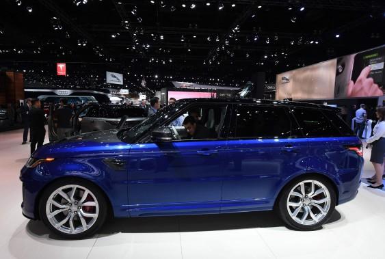 Le nouveau Range Rover SVR, dont la carrosserie comprend de la fibre de carbone. (AFP)
