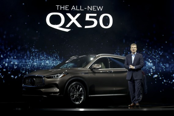 Christian Meunier, Vice-président de Nissan, présente l'Infiniti QX-50 2018 au Salon de l'auto de Los Angeles. (AP)