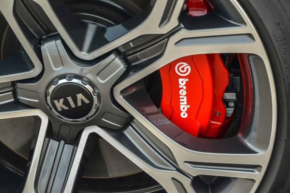 Freins Brembo et pneus Pirelli ou Michelin. (kia)